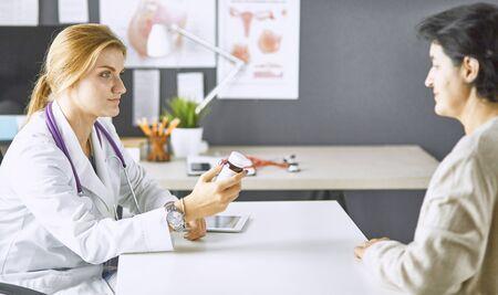 Foto de young woman doctor takes patient in office - Imagen libre de derechos