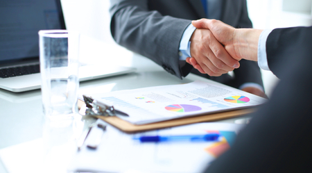 Foto de Business people shaking hands, finishing up a meeting - Imagen libre de derechos