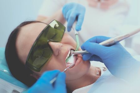 Foto de Dental team and patient at dentist's surgery. - Imagen libre de derechos