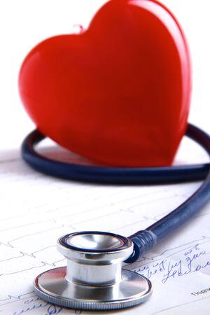Photo pour Red heart and a stethoscope - image libre de droit