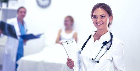 Foto de Woman doctor standing at hospital - Imagen libre de derechos