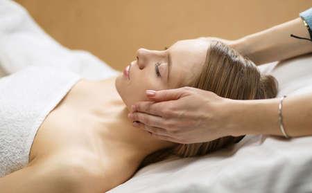 Photo pour picture of beautiful woman beautiful woman in spa salon. - image libre de droit
