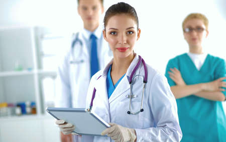 Photo pour Attractive female doctor in front of medical group - image libre de droit