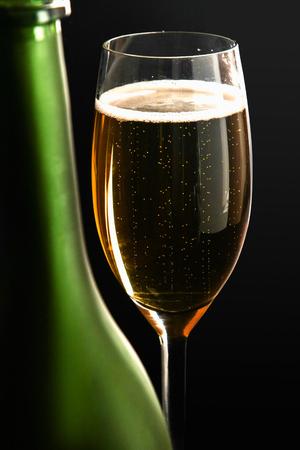 Photo pour A glass of sparkling champagne on black background. - image libre de droit
