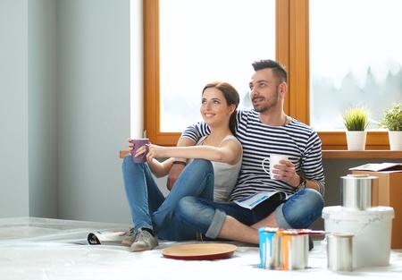 Foto de Portrait of young couple moving in new home. - Imagen libre de derechos
