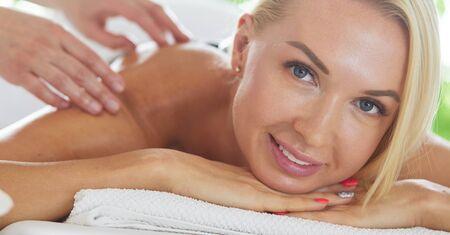 Photo pour Beautiful young woman lying in spa salon - image libre de droit