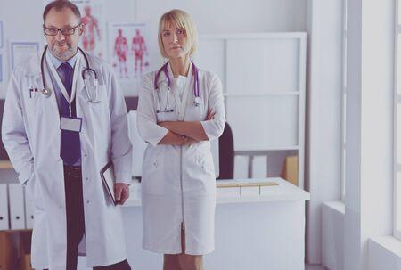 Photo pour Portrait of group of smiling hospital colleagues standing together - image libre de droit