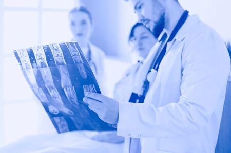 Foto de Medical team discussing diagnosis of x-ray image in office - Imagen libre de derechos