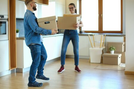 Photo pour Couple holding boxes for moving the hands and have a dance with boxes - image libre de droit