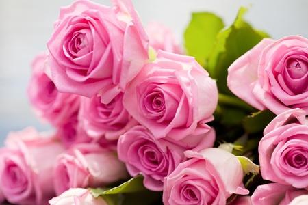 Photo pour bouquet of pink roses lies on a pool side - image libre de droit