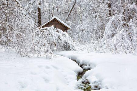 Photo pour Winter landscape with a house and a river - image libre de droit