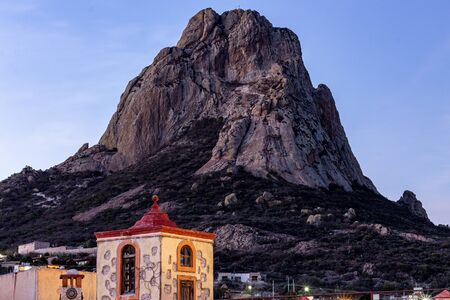 Photo pour Pena de Bernal is a 400 meter high monolith, one of the tallest in the world. The Pena de Bernal is located in San Sebastián Bernal, a small town in the Mexican state of Querétaro. Night scene - image libre de droit
