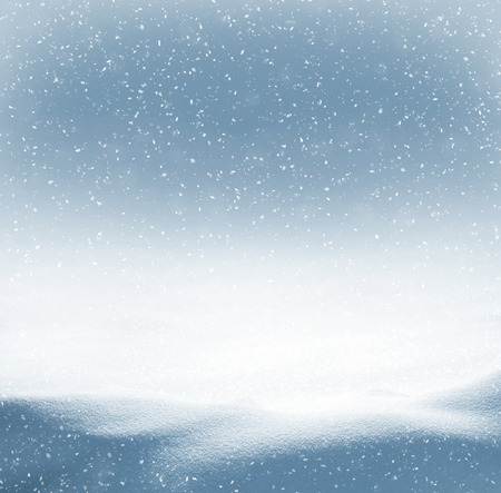 Photo pour Winter background with snowdrifts and the falling snow - image libre de droit