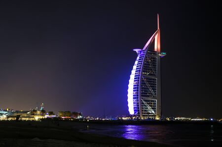 Photo pour DUBAI, UNITED ARAB EMIRATES, UAE - JANUARY 19, 2018. Dubai. Burj Al Arab at the night, Luxury 7 Stars Hotel Beautiful Building - image libre de droit