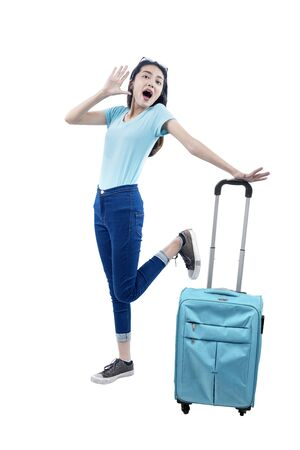 Photo pour Asian woman standing with suitcase isolated over white background - image libre de droit