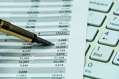 Photo pour Checking balance - preparation of a balance sheet. Financial business planning, Balance the investment portfolio. - image libre de droit