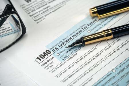 Photo pour 1040 Tax Form. Tax Payment Concept. Individual Income Tax Return - image libre de droit