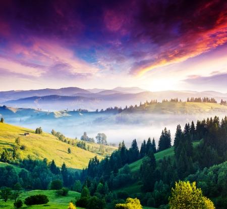 Photo pour Majestic mountain landscape with colorful cloud. Dramatic overcast sky. Carpathian, Ukraine, Europe. Beauty world. - image libre de droit
