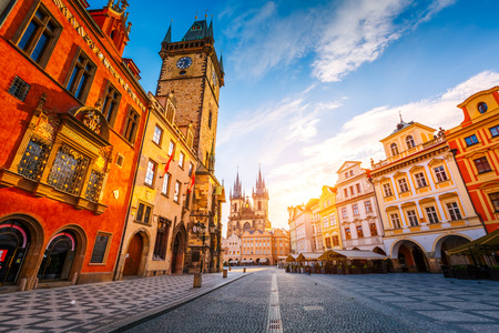 Photo pour Fantastic view of the town Hall and Temple of Our Lady before Tyn in sunlight at dawn. Dramatic scene. Location famous place (unesco heritage) square on Prague, Czech Republic, Europe. Beauty world. - image libre de droit