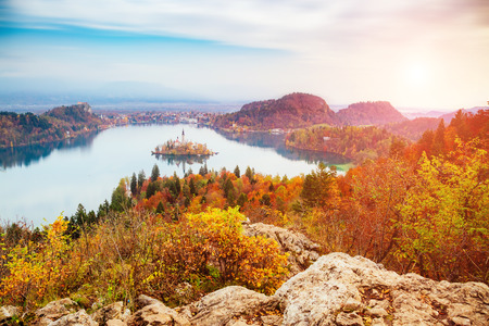 Photo pour Aerial view of the island on alpine lake Bled from Osojnica viewpoint. Great and gorgeous morning scene. Popular tourist attraction. Location famous place Julian Alps, Slovenia, Europe. Beauty world. - image libre de droit