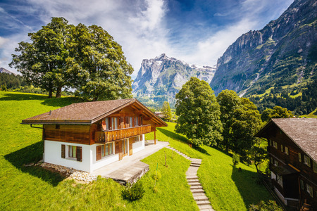 Photo pour Impressive view of alpine Eiger village. Picturesque and gorgeous scene. Popular tourist attraction. Location place Swiss alps, Grindelwald valley in the Bernese Oberland, Europe. Beauty world. - image libre de droit