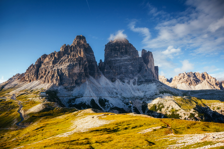 Photo pour Stunning image of alpine rocky wall. Location National Park Tre Cime di Lavaredo, Dolomiti, South Tyrol, Italy, Europe. Picturesque day and gorgeous picture. Explore the world's beauty and wildlife. - image libre de droit