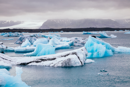 Photo pour Large pieces of the iceberg. Picturesque and gorgeous scene. Location famous place Vatnajokull national park, island Iceland, sightseeing Europe. Climate change. Explore the world's beauty. - image libre de droit