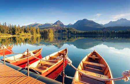 Photo pour Beautiful mountain lake in National Park High Tatra. Location Strbske pleso, Slovakia, Europe. Amazing landscape of popular tourist attraction. Summer scene. Discover the beauty of earth. - image libre de droit