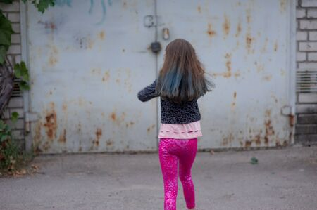 Photo pour Portrait of nine year old girl. The child is walking in the fresh air. Teenager with blue strands on her hair. The girl with brown hair. A series of photos of a girl of 8 or 9 years old - image libre de droit