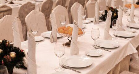 Foto de Festive table setting background. Serving a large festive restaurant table in anticipation of guests in a soft dim light. - Imagen libre de derechos
