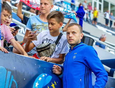 Photo pour ODESSA, UKRAINE - 07/15/2018: Players of FC Dynamo Kiev on the bench before the start of the UEFA Cup match against FC Shakhtar Donetsk. Footballers on the bench - image libre de droit