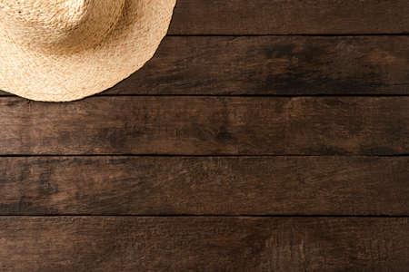 Photo pour Straw hat on wooden table. Summer background - image libre de droit