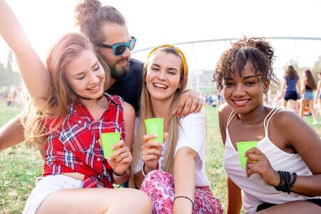 Photo pour Group of friends having fun at summer music festival - image libre de droit