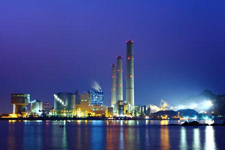 Photo pour power station at night - image libre de droit