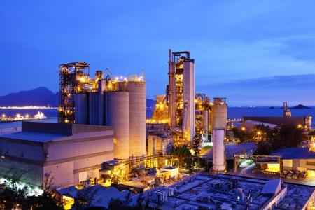 Photo pour Coal plant at night  - image libre de droit