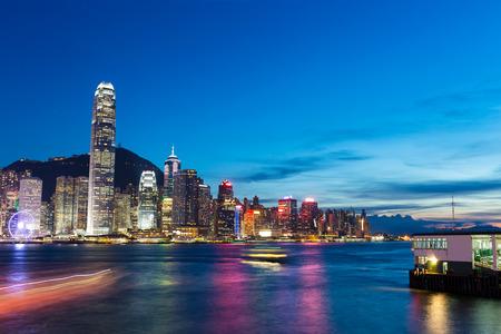 Foto de Skyline and cityscape of modern city hongkong at night - Imagen libre de derechos