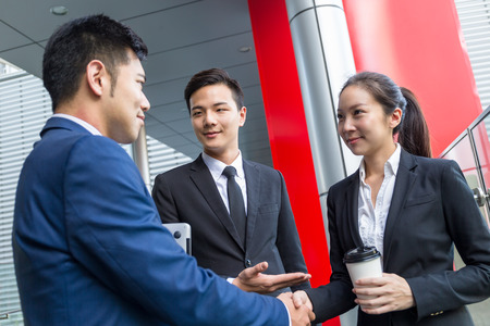 Photo pour Businessman introduce a new partner to his boss - image libre de droit