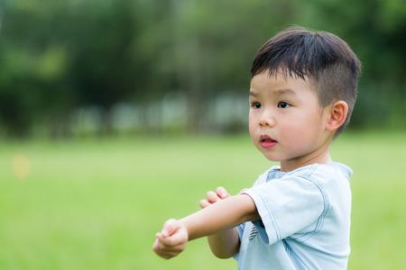 Photo pour Baby boy scratching his arm - image libre de droit