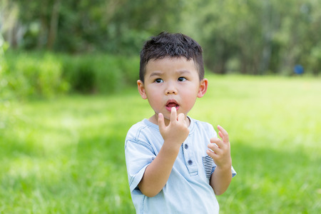 Photo pour Asian boy touching his mouth - image libre de droit