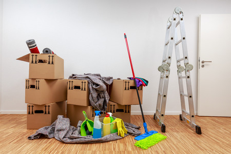 Photo pour Clean, white room with cartons and cleaning tools - image libre de droit
