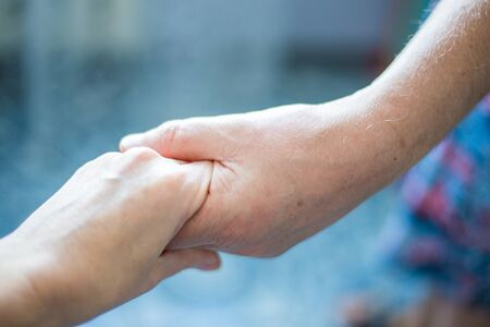 Photo pour female hand in a male hand holding each other - image libre de droit