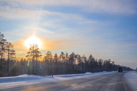 Photo pour cars ride on a winter road on a sunny day - image libre de droit