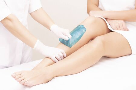 Photo pour azulene depilation. wax hair removal, shugaring. concept of smooth skin without hair. azulene of green color. removal of azulene from the skin - image libre de droit