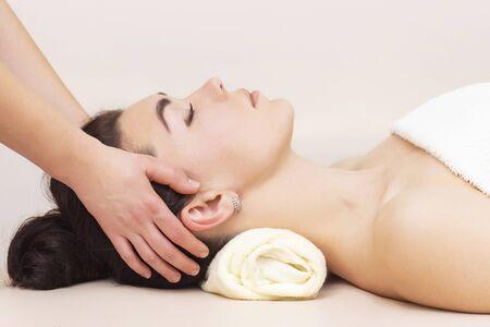 Photo pour head and temporal massage in a spa salon for a girl. concept of health massage. light background. - image libre de droit