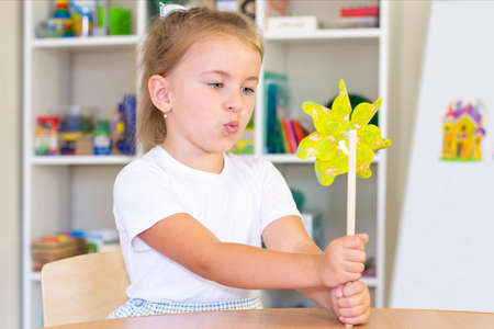 Photo pour developmental and speech therapy classes with a child-girl. Speech therapy and spinning games. girl blowing - image libre de droit