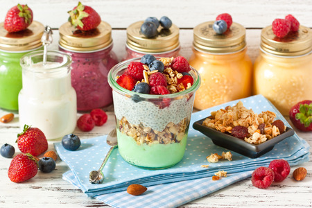 Photo pour Healthy food. Fresh smoothies, glass jar of yogurt, homemade granola and breakfast with chia seeds and fresh berries. - image libre de droit