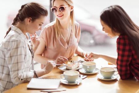 Foto de girls eating cake and drinking coffee at cafe, coffee break - Imagen libre de derechos