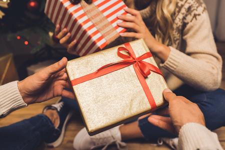 Photo pour couple exchanging christmas gifts - image libre de droit