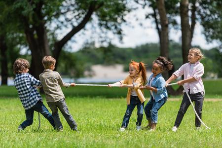 Photo pour kids playing tug of war - image libre de droit