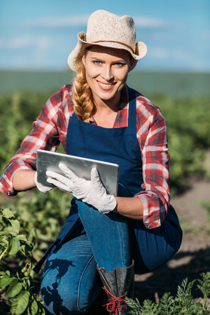 Photo pour farmer working with digital tablet - image libre de droit